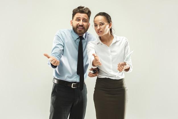 El hombre de negocios y su colega en la oficina.
