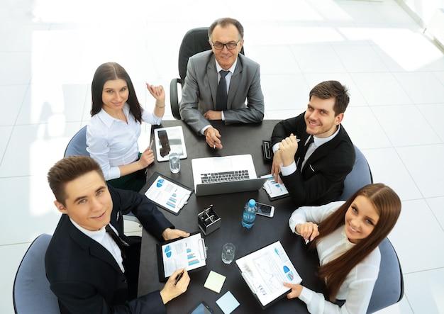 Hombre de negocios y su equipo de negocios reunidos