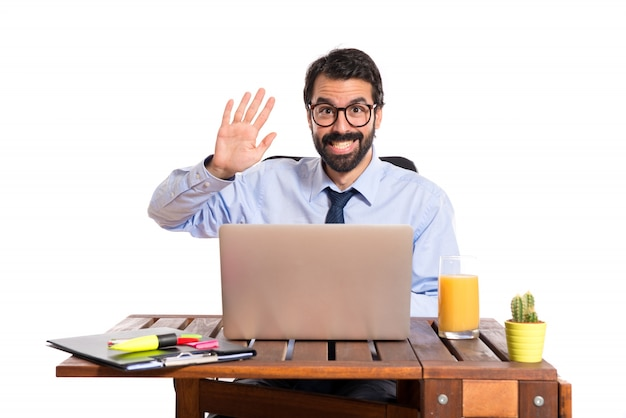 Hombre de negocios en su oficina saludando a alguien