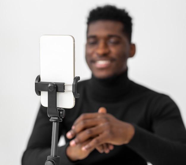 Hombre de negocios en su oficina con una videollamada