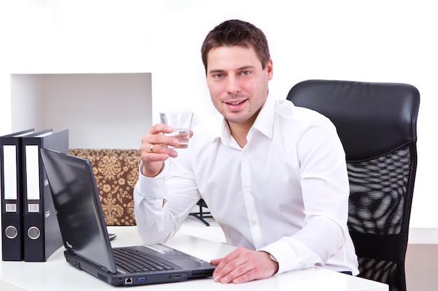 Hombre de negocios, en su oficina