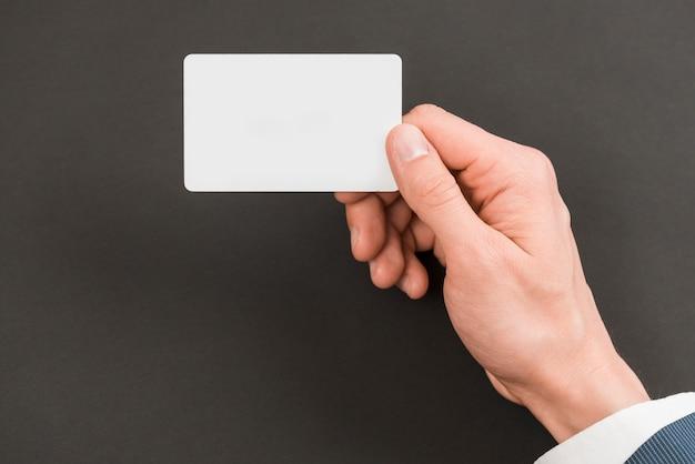 Hombre de negocios sujetando plantilla de tarjeta de visita