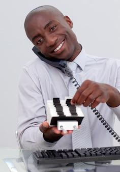 Hombre de negocios en el teléfono y la búsqueda de un titular de índice