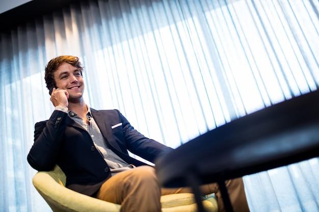 Hombre de negocios, en el teléfono