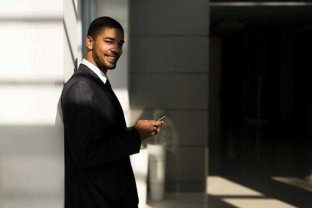 Hombre de negocios con un teléfono