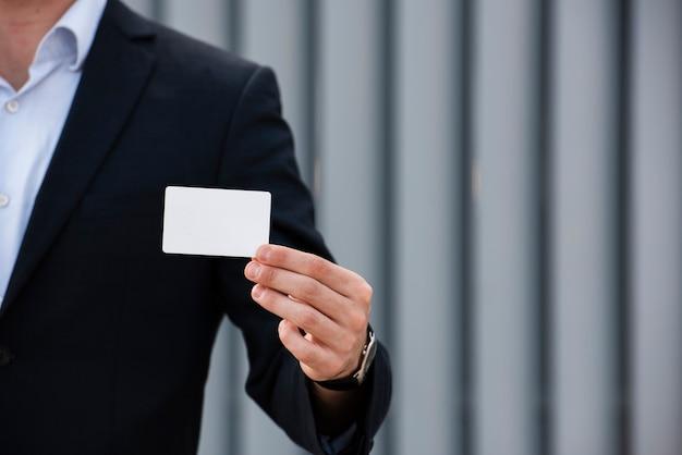 Hombre de negocios, tenencia, tarjeta, primer plano