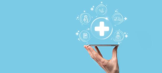 El hombre de negocios tiene los iconos de conexión de red virtual más médica. la pandemia de covid-19 desarrolla la conciencia de las personas y difunde la atención sobre su atención médica. médico, documento, medicina, ambulancia, icono del paciente.