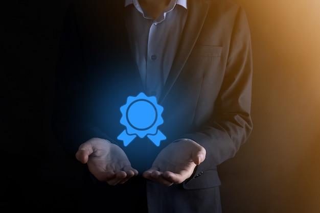 Hombre de negocios tiene en la mano el icono de relojes de arena