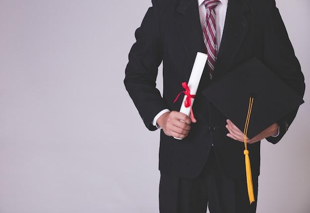 Hombre de negocios tiene sombrero de graduación