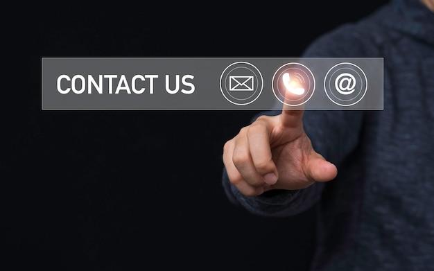 Hombre de negocios tocando al teléfono móvil virtual entre el correo electrónico y la dirección para el contacto comercial y el concepto de servicio al cliente.