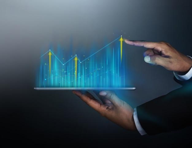 Hombre de negocios touching charts information en tableta digital