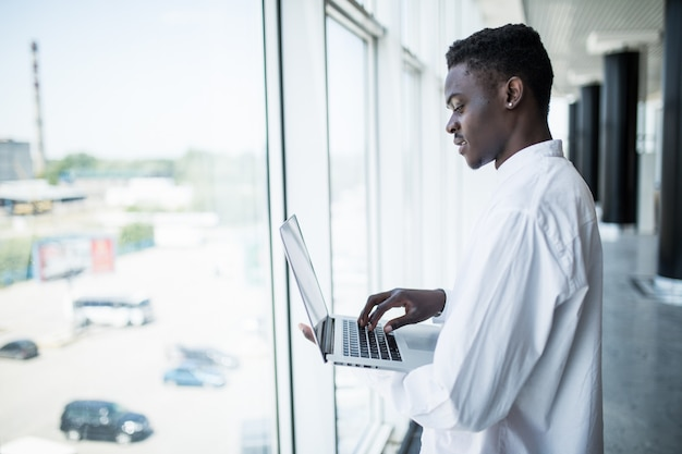 Hombre de negocios trabajando en la computadora portátil en la oficina moderna