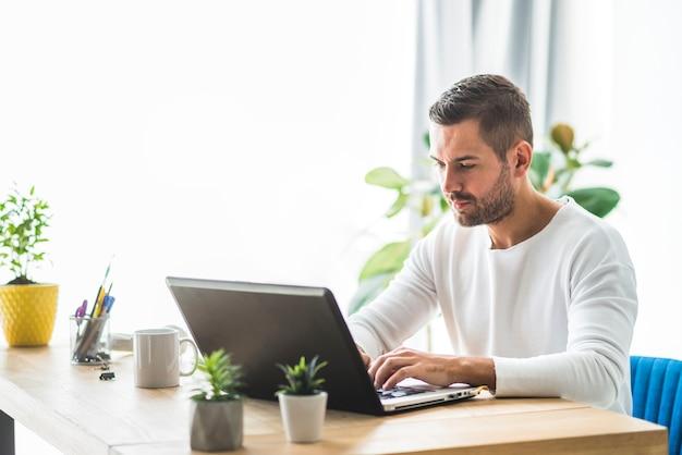 Hombre de negocios trabajando en la computadora portátil