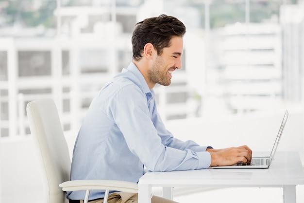 Hombre de negocios trabajando en computadora