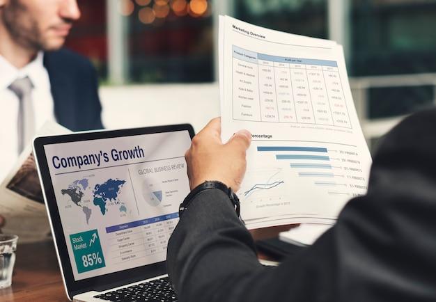 Hombre de negocios trabajando en crecimiento de la compañía