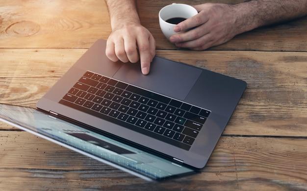 Hombre de negocios trabajando en escritorio en el negocio de la oficina en casa