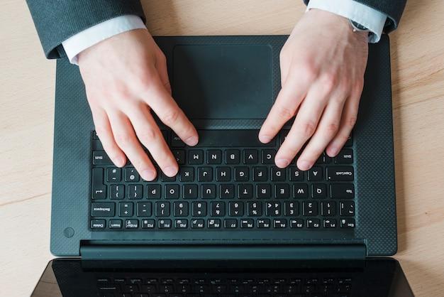 Hombre de negocios trabajando en un escritorio de oficina