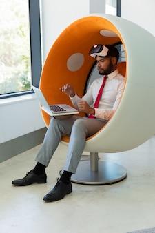 Hombre de negocios trabajando en estudio de realidad virtual