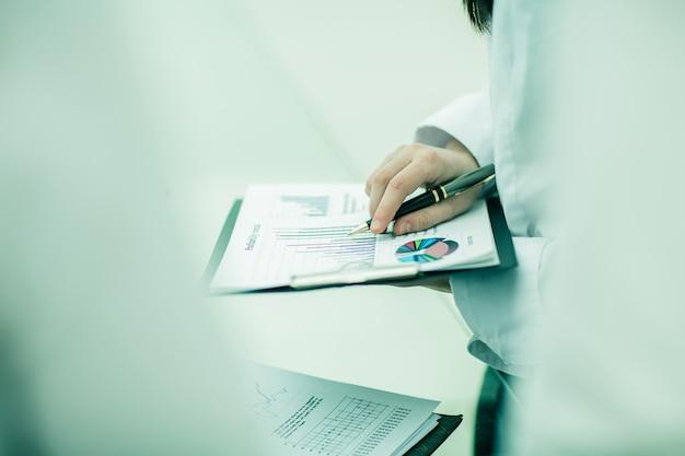 Hombre de negocios, trabajando, con, financiero, charts., foto, en, un, luz, backg