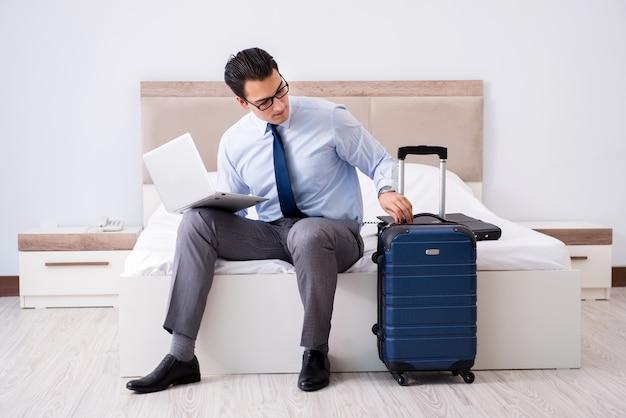 Hombre de negocios trabajando en habitación de hotel