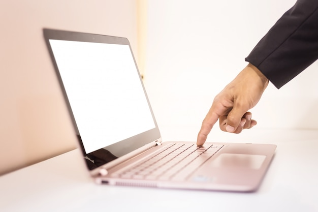 Hombre de negocios trabajando con lakptop en mesa