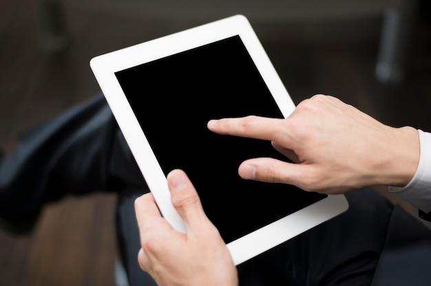 Hombre de negocios trabajando en maqueta de tableta