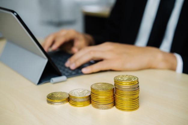 Hombre de negocios trabajando con moneda dinero moneda.