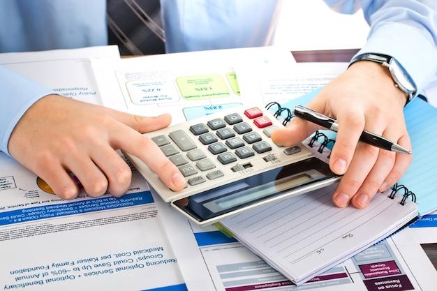Hombre de negocios trabajando en la oficina con artículos para hacer negocios