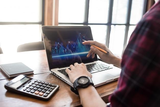 Hombre de negocios trabajando en la oficina con computadora portátil y documentos en su escritorio, concepto de abogado consultor