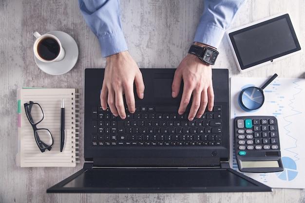 Hombre de negocios trabajando en oficina. concepto de negocio
