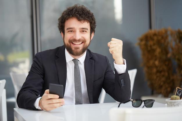 Hombre de negocios trabajando en ordenador portátil