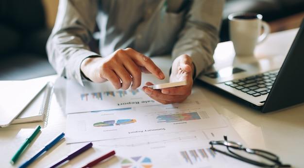 Hombre de negocios trabajando en proyecto para analizar la declaración de saldo de informe financiero de la empresa