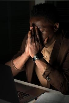 Hombre de negocios trabajando hasta tarde en la oficina