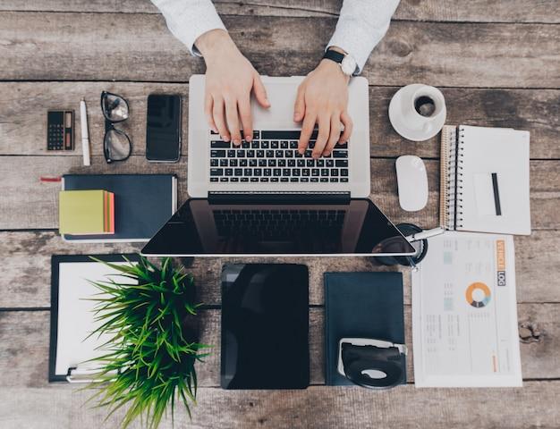 Hombre de negocios en el trabajo opinión superior del primer el hombre que trabaja en la computadora portátil