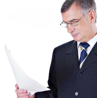Hombre de negocios, en, traje, y, anteojos, lectura