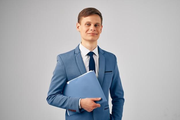 Hombre de negocios en traje carpeta azul exitoso gerente trabajo oficina