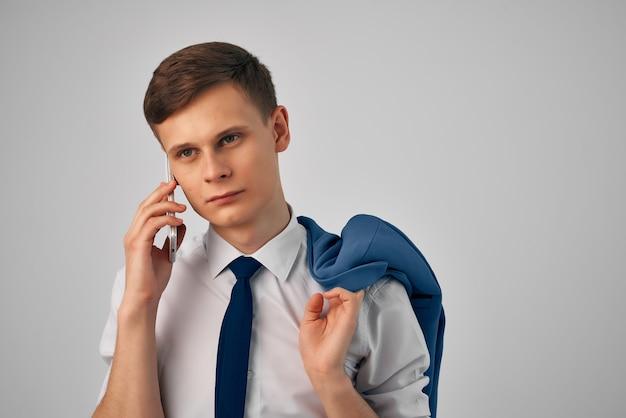 Hombre de negocios en traje chaqueta en oficial de finanzas de comunicación de hombro