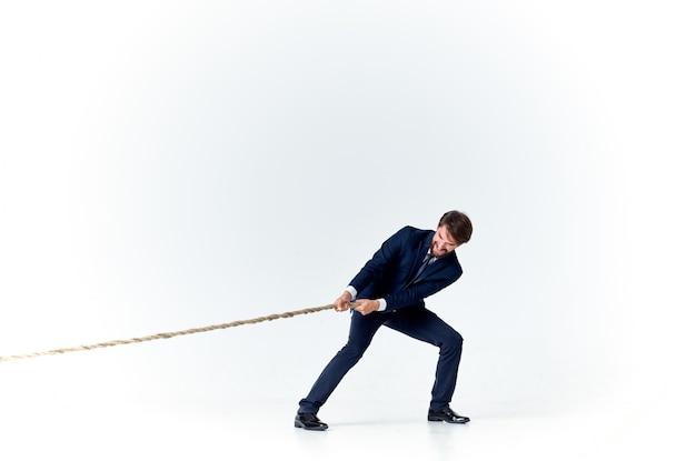 Hombre de negocios en un traje es una oficina de trabajo en equipo de cuerda de lente