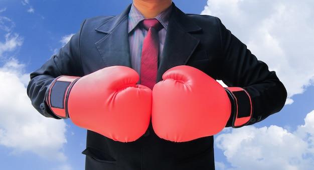 Hombre de negocios en traje listo para la lucha