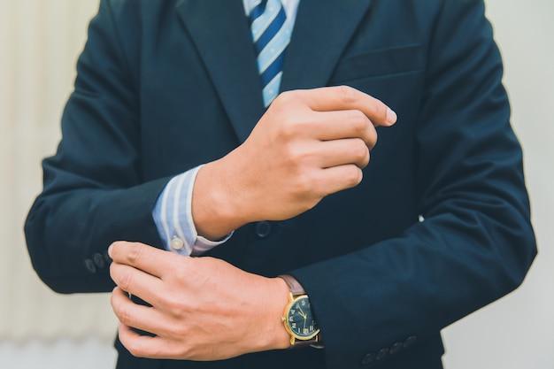 Un hombre de negocios en un traje lleva una camisa de botones.