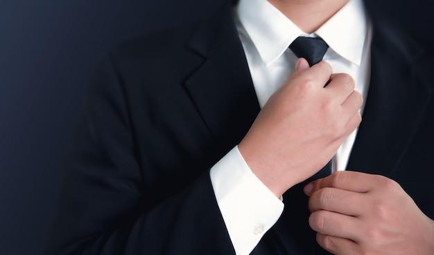 Hombre de negocios en traje negro y corbata de ajuste.