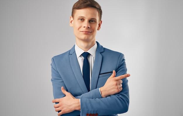 Hombre de negocios en traje profesional financiero comunicación oficial