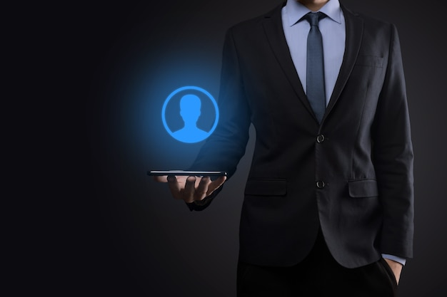 Hombre de negocios en traje sosteniendo el icono de la mano del usuario. interfaz de iconos de internet