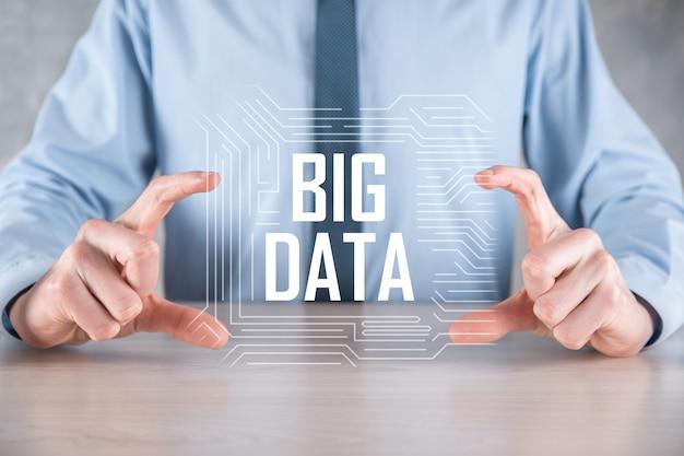 Hombre de negocios en traje tiene la inscripción big data.
