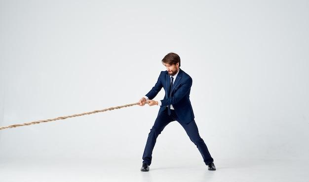 Hombre de negocios en un traje tira de la cuerda estudio de emociones