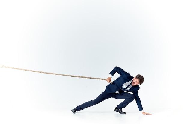 Hombre de negocios en traje tirando de cuerda gerente de oficina de carrera