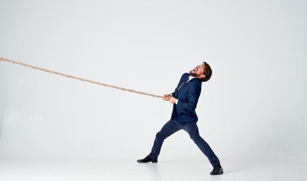 Hombre de negocios, en, traje, trabajo, oficina, cuerda, carrera