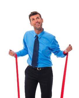 Hombre de negocios tratando de liberarse de las garras de la empresa