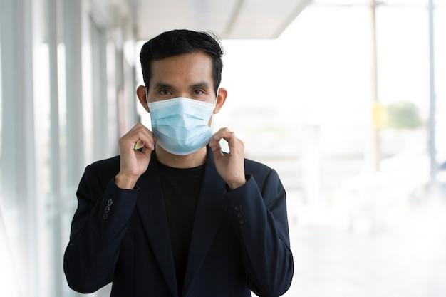 Hombre de negocios usa mascarilla protege el coronavirus covid19
