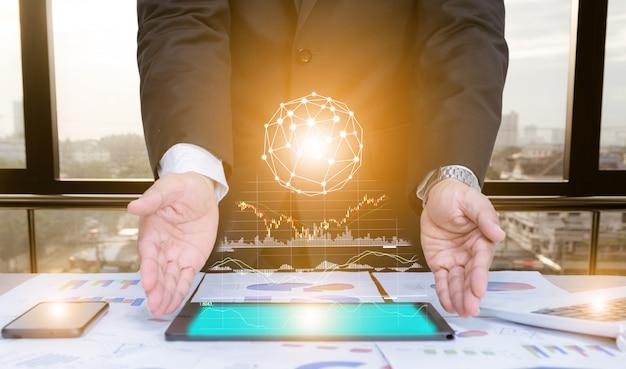 Hombre de negocios usando análisis de gráfico de datos de tableta de concepto con tecnología moderna